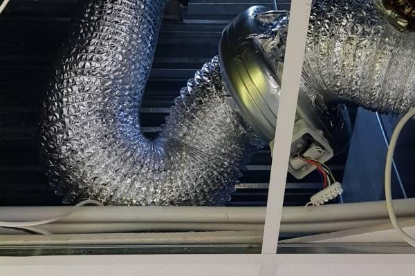 Csőventilátor csere és konyhai elszívó rendszer tisztítás egy benzinkúton